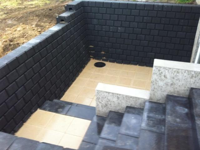 Udgravning samt lægning af fundament til en ny terrasse, trappe og vægge